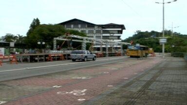 Réveillon de Blumenau terá 15 minutos de queima de fogos - Estrutura do evento está sendo montada na frente da prefeitura.