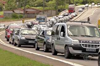 Rodovia Mogi-Bertioga tem pontos de lentidão no sentido litoral - Movimento na rodovia começou nesta sexta-feira (26).