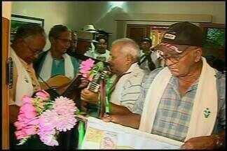 Folias de Reis percorrem casas em Araxá - Apresentações emocionam os devotos. Nesta época do ano, as folias também passam de casa em casa para homenagear os Santos Reis.
