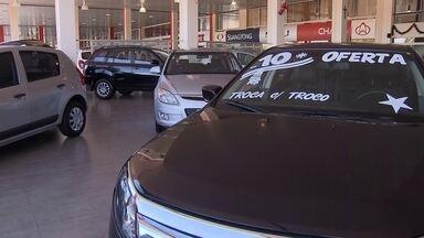 Fim da redução do IPI nos automóveis é a esperança de retomada das vendas de usados - No último fim de semana de 2014, termina a redução de IPI na hora de comprar carros novos. Por isso, especialistas acreditam que o mercado de seminovos está aquecido e esperam um aumento de 5% nas vendas em 2015.