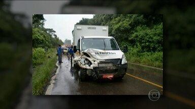 Acidente na Serra Gaúcha mata cinco pessoas - Entre os mortos estão três crianças. O desastre aconteceu entre as cidades de São Vendelino e Carlos Barbosa e envolveu um caminhão de pequeno porte e um carro.