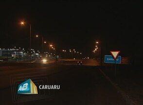Trecho urbano da BR-104 está com postes acesos, em Caruaru - Pessoas que trafegam com frequência se sentem mais seguras.