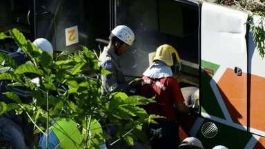 Acidente com ônibus que saiu de Porto Seguro deixa 8 mortos e mais de 20 feridos - O veículo caiu em uma ribanceira após o motorista tentar desviar de um veículo que vinha na contramão. O acidente aconteceu em um trecho da BR-101 no Espírito Santo.