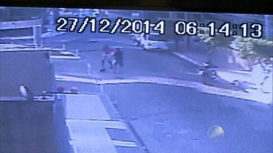 PM da Bahia é morto ao reagir a assalto em Maceió; veja imagens - O crime aconteceu na manhã deste sábado (27). A ação foi filmada por câmras de segurança.