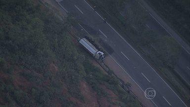 Motorista morre em tombamento de caminhão na BR-381, na Grande BH - Segundo a PRF, acidente complicou o trânsito na região.
