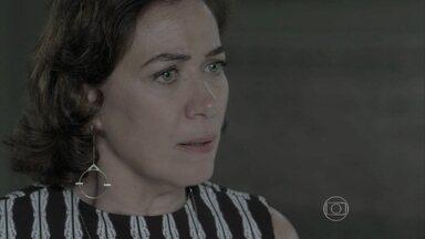 Maria Marta discute com Cora - A ricaça reconhece o anel de José Alfredo