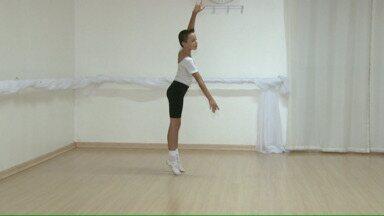Menino de 9 anos consegue bolsa de estudos para dançar balé - A família vai se mudar para Curitiba para que ele continue dançando.