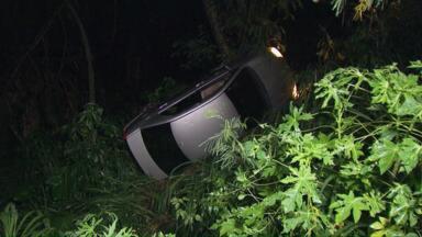 Mulher sofre acidente e sai sem ferimentos - Acidente foi na avenida Beira Rio e carro caiu no barranco.