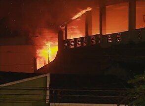 Ar-condicionado explode e incendeia casa em Caruaru, afirma moradora - Residência é localizada no Centro desta cidade do Agreste pernambucano.