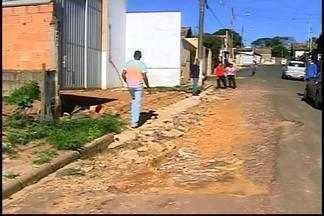 Obra particular prejudica trecho em rua de Araxá, segundo moradores - População diz que pavimentação foi comprometida na Rio de Janeiro.Empresa informou que obras vão terminar em janeiro.
