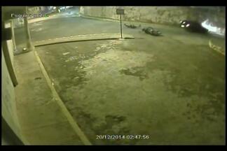 Câmera flagra acidente entre moto e carro em Pitangui, MG - Batida ocorreu por volta das 3h no Centro da cidade. Colisão ocorreu no dia 20 de dezembro, mas imagens foram divulgadas esta semana.