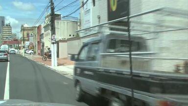 Com alto movimento, ruas ficam cheias e motoristas estacionam irregularmente - Em alta temporada, esta prática é muito comum em Maceió.
