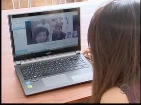 Tecnologia aproxima famílias que estão 'separadas' pelo intercâmbio - Quem está fora do país aproveita os serviços para 'matar a saudade'.