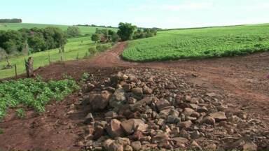 Agricultores reclamam das condições de uma estrada rural em Campo Mourão - Eles dizem que se chove ninguém passa por causa dos atoleiros