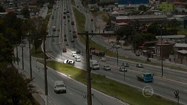 Câmera flagra momento em que carro capota no Anel Rodoviário de Belo Horizonte - Acidente na Região Noroeste da capital deixou trânsito complicado.