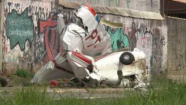 Aeronave de pequeno porte cai no Anel Rodoviário de Belo Horizonte - Segundo a polícia, uma das asas chegou a bater na pista da via.