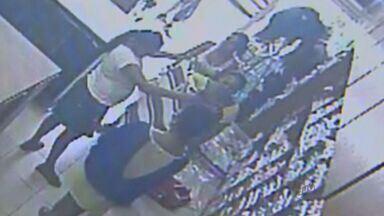 Imagens flagram furto no Centro de Ribeirão Preto - Três mulheres se fizeram de clientes na Rua Tibiriça.