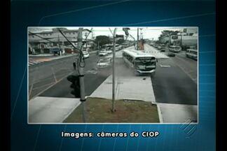 Câmeras de segurança registram acidente no BRT - Viatura e ônibus colidiram na via expressa da Av. Almirante Barroso.