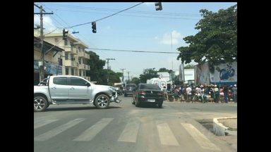 Acidente entre carro e moto deixa uma mulher ferida em Santarém - Acidente aconteceu por voltas das 12h50 desta terça-feira (30). Segundo testemunhas, condutor da moto avançou sinal vermelho.