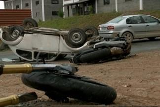 Motociclista morre ao bater em carro em Joinville - Com impacto fusca capotou na pista.