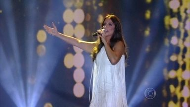 """Ivete Sangalo sobe ao palco com """"Amor que não sai"""" - Cantora faz o público pular que nem pipoca"""