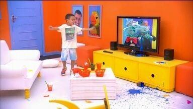 """Grupo de crianças faz bagunça ao receber ordens de bonecos em TV no """"Câmera Kids"""" - Sem saber que estavam sendo gravadas, as crianças fizeram uma baita bagunça ao receber ordens dos bonecos na TV. Confira as imagens hilárias."""