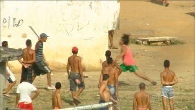 Detentos andam até armados no maior presídio de Pernambuco - Agentes penitenciários do Frei Damião de Bozzano descobriram um túnel que seria usado para uma fuga em massa. Presos foram flagrados com facões e tesouras.