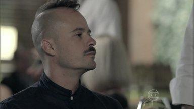 Salvador conta para Vicente que fez um quadro de Helena - Maria Clara sofre pela falta de Zé Alfredo e o chef a consola