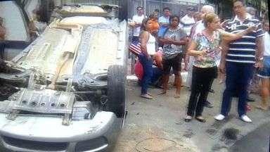 Acidente entre dois veículos deixa cinco feridos em Vila Velha, ES - Corpo de Bombeiros e Batalhão de Trânsito estiveram no local.Uma das vítimas ficou presa às ferragens.