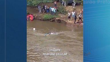 Bombeiros encontram corpo em cabine de caminhão que caiu em Viradouro - Ainda não está confirmado se corpo é do motorista do veículo, que caiu da ponte sobre o Rio Pardo na segunda-feira.