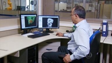 Tecnologia 3D consegue criar réplica exata e em cores do corpo - A tomografia computadorizada e a ressonância magnética são capazes de fornecer informações, a partir de uma imagem plana. Já o software reconstrói o corpo em 3D com riqueza de detalhes.