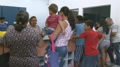 Pais lotam secretarias de escolas públicas em busca de rematrícula dos filhos - Prazo para garantir vaga nas escolas vai até a próxima sexta-feira, 9 de janeiro.