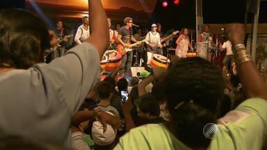 Tradicional terça da benção do Olodum lota praça no Pelourinho, em Salvador - Veja como foi a festa na praça Tereza Batista.