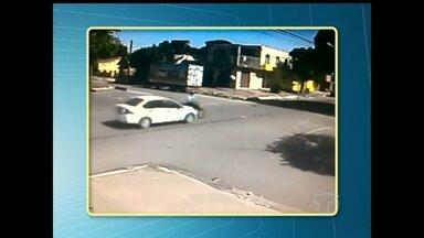 Moto é atingida por carro em acidente na Av. Presidente Vargas - Acidente aconteceu na tarde de terça-feira (6).