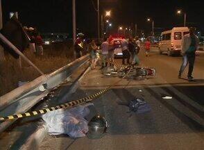Motociclista é assassinado na BR-104; garupa cai e é levado para hospital - Polícia está colhendo informações sobre o ocorrido.