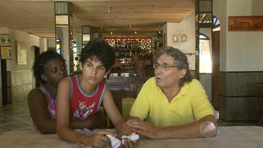 Alívio: Menino desaparecido é encontrado e entregue aos pais; veja no 'Desaparecidos' - Familiares e amigos buscam por entes queridos na Praça da Piedade, em Salvador.