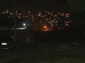 Falta de iluminação desperta insegurança em moradores do Bairro Indianópolis, em Caruaru - Eles já comunicaram o problema à Celpe, mas dizem que não obtiveram resposta.