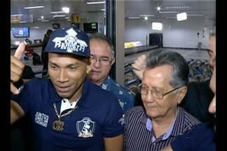 Flávio Caça Rato chega ao Remo com status de ídolo - Atacante vem do Santa Cruz e foi recebido por grande número de torcedores.