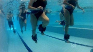 Exercícios debaixo d'água são indicados para quem não pode ter impacto nas articulações - A água diminui os impactos nas articulações e o risco de lesões. Com o corpo parcialmente submerso, o peso corporal é reduzido de 50% a 70%.