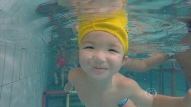 Brincadeiras lúdicas ajudam crianças a perderem o medo da água - É normal que as crianças tenham medo da água, mas isso pode ter solução. O Bem Estar acompanhou a aula de quatro crianças. Há sete meses, elas tinham pavor de chegar perto de uma piscina.