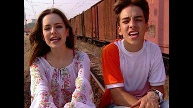 Mate as saudades da série Sandy & Junior com a música 'Eu Acho que Pirei' - Reveja o clipe da dupla na série direto do Túnel do Tempo