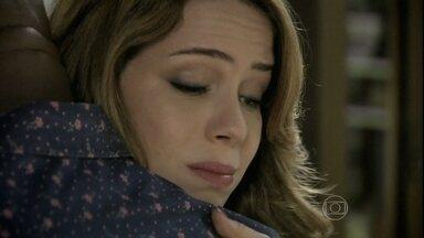 Cristina aconselha Xana a devolver Luciano para os pais adotivos - Cabeleireiro não consegue se afastar do menino