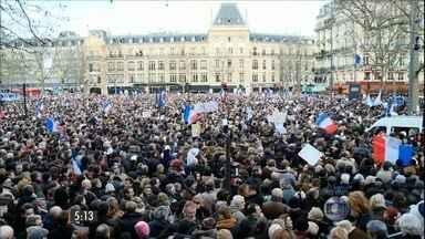 Milhares de pessoas saem às ruas da França para homenagear vítimas de ataques terroristas - Quase quatro milhões de pessoas manifestaram contra o terrorismo e a intolerância em várias cidades francesas.