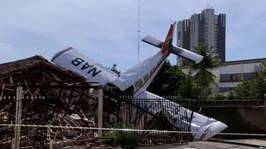 Avião monomotor cai em uma casa, em Luziânia - Em Luziânia, um avião monomotor com quatro passageiros caiu em cima de uma casa. O acidente aconteceu na noite de sábado (10). Duas pessoas morreram.