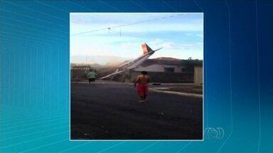 Dono de casa atingida por avião temeu morte da mulher: 'Apavorado' - Idosa saiu da residência pouco antes da queda do monomotor em Luziânia. Quatro pessoas estavam na aeronave; piloto e namorada morreram.