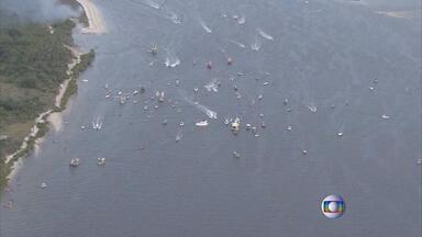 Milhares de fiéis participam da tradicional Buscada de São Gonçalo, em Itapissuma - Imagem de São Gonçalo seguiu viagem num barco em direção a Itapissuma.