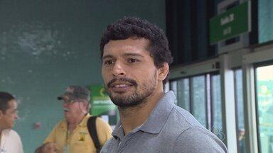 De olho em russo, Adriano Martins embarca para EUA - Amazonense de 32 anos embarcou, neste sábado, para Miami onde fica por 30 dias. Ele duela com Rustam Khabilov, dia 22 de fevereiro, em Porto Alegre-RS
