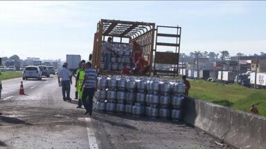 Caminhão carregado com botijões de gás tomba e congestiona Contorno Leste - Acidente deixou trânsito lento na manhã de segunda-feira (12) na BR-116.