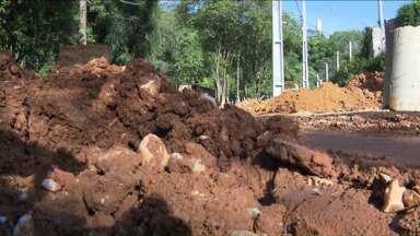Moradores do bairro Santa Cândida reclamam da falta de asfalto nas ruas - As famílias cadastradas no programa da COHAB não conseguem se mudar para a nova residência, devido ao lamaçal formado na frente dos conjuntos.