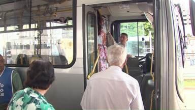 Idosos não podem mais embarcar nos ônibus de Maringá pelas portas dos fundos - Eles precisam fazer um cartão para ter direito à passagem de graça